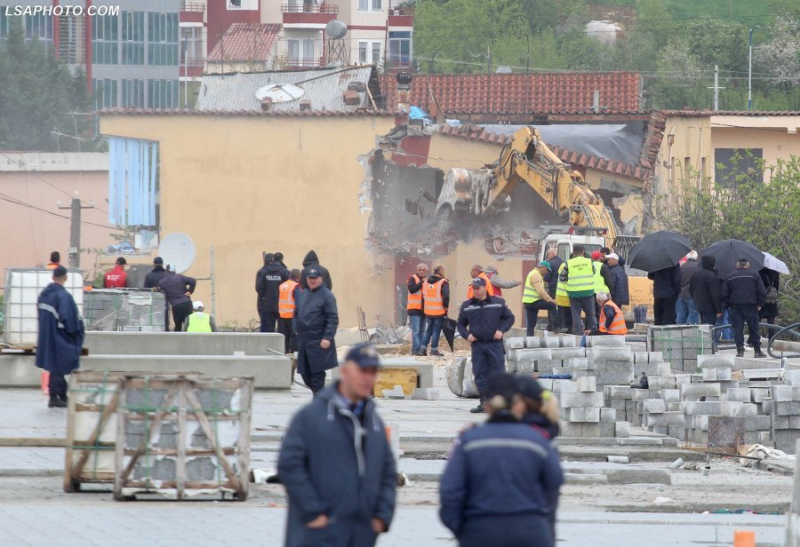 Police Forcefully Evict Inhabitants to Demolish Their Homes