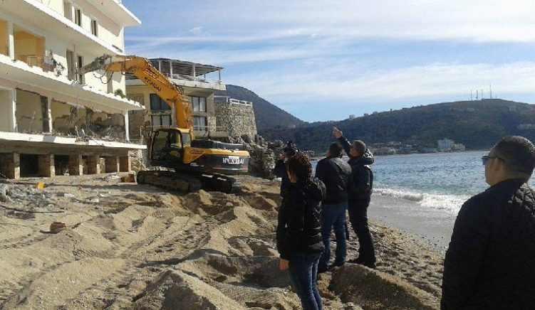 As Tourist Season Begins, Government Demolishes Illegal Buildings on Coast amid Claims of Impartiality