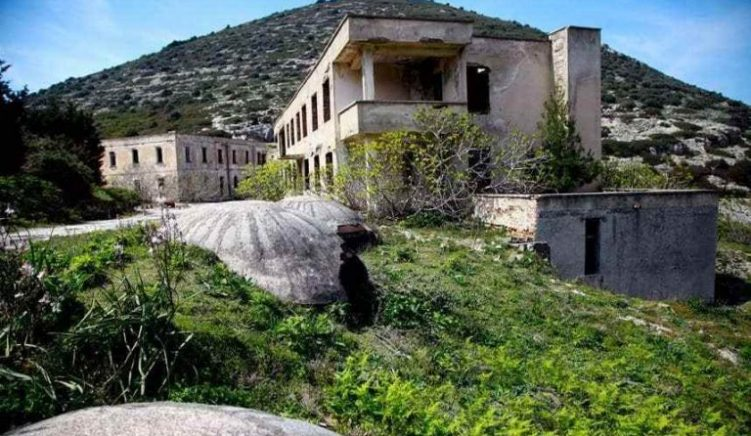 Tourists Unable to Disembark on Sazan Island Due to Ministry Mix Up