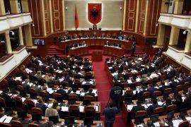 Grimca nga diskutime parlamentarësh – Pa koment