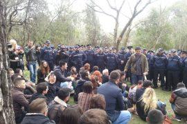 Qytetarët ulen në park – Video