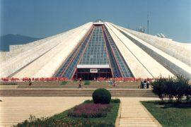 Rama sipas interesit: Dje, Piramida të mos shembet; Sot, stadiumi të shembet.