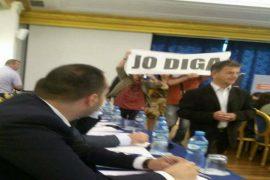 Aktivistët kundër digave ndërpresin konferencën për HEC-et e Vjosës