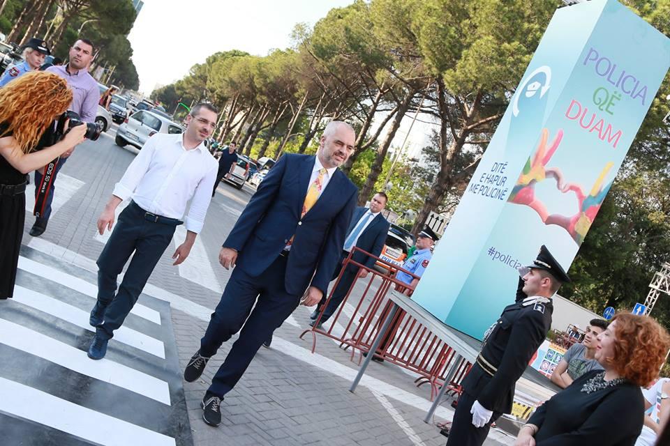 Qeveria e Shqipërisë jep shfaqjen e rradhës: Panair Policie!