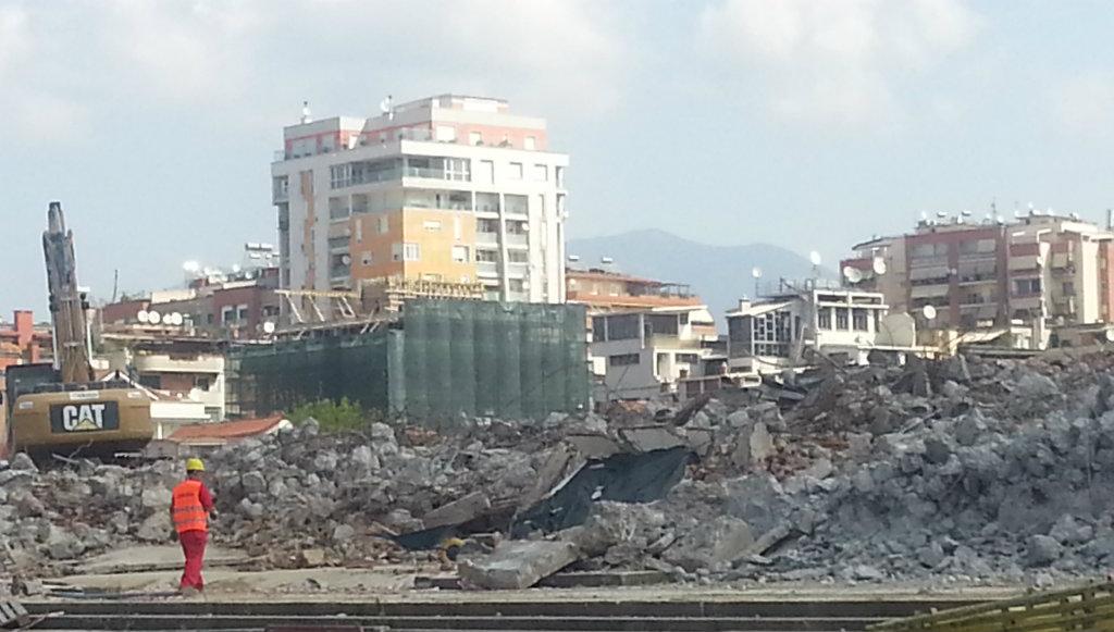 Shkatërrohet në mënyrë kriminale fasada monument e Stadiumit Qemal Stafa
