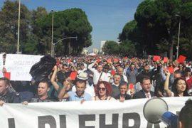 Mijëra qytetarë protestë kundër ligjit të importit të plehrave