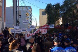 Policia pengon studentët të protestojnë para Ministrisë së Arsimit