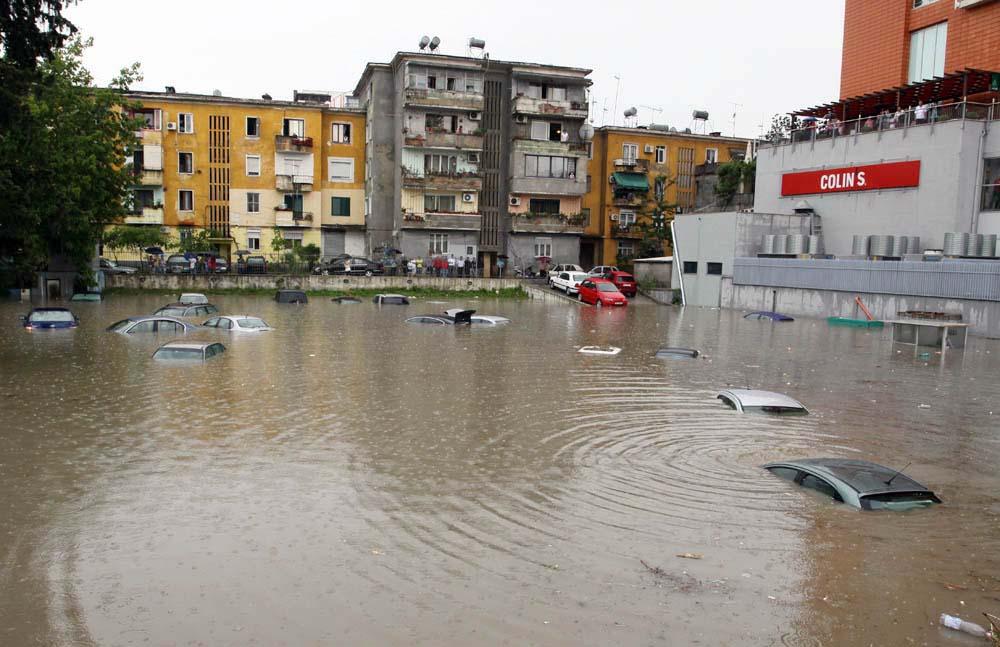 Përmbytje në gjithë  Shqipërinë, tre persona humbin jetën