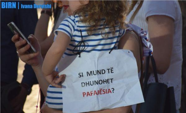Abuzuesit e fëmijëve blejnë heshtjen e familjeve të viktimave