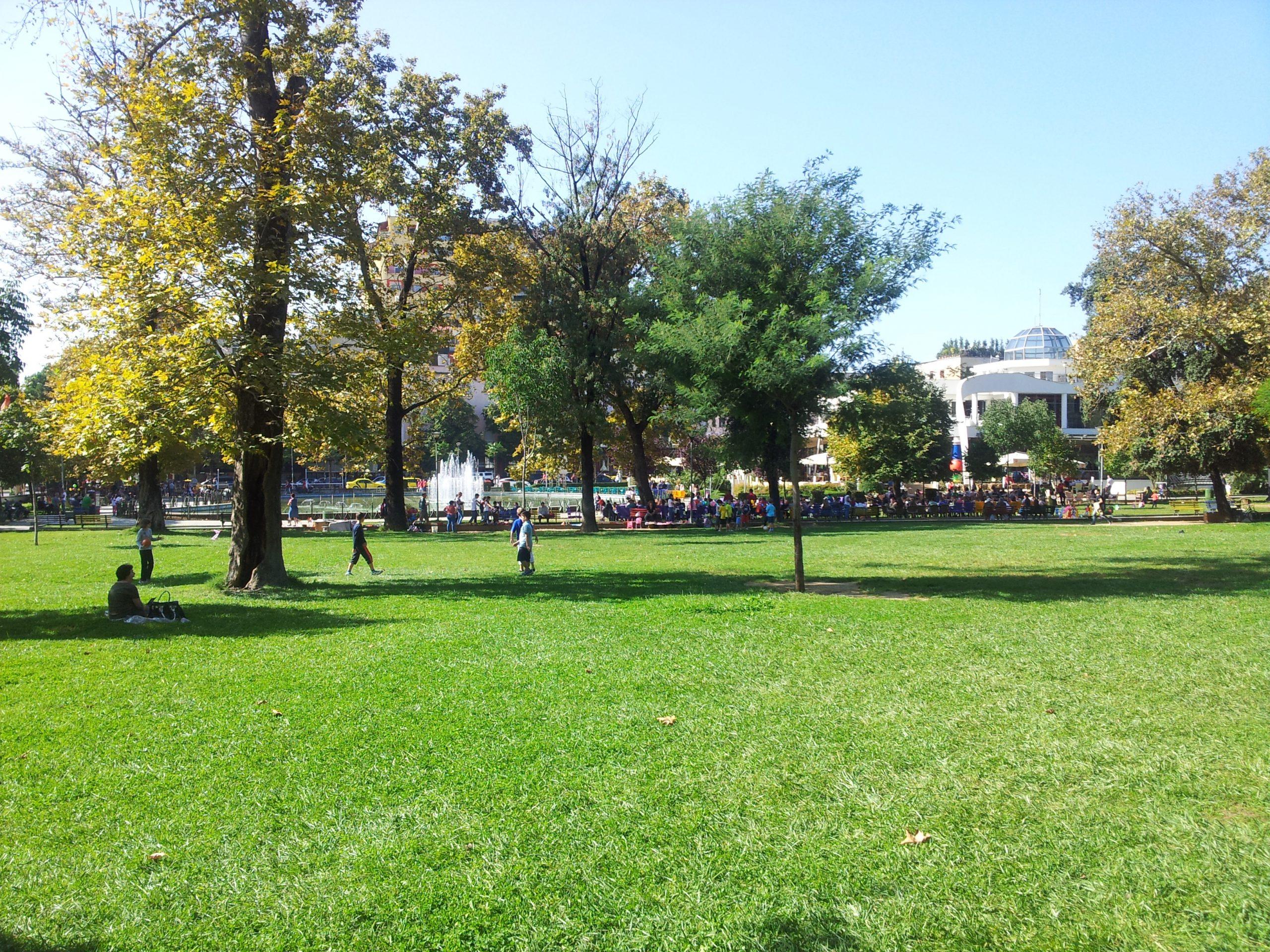 Parku Rinia do të urbanizohet: Bashkia ka vendosur ndërtimin e një këndi lojrash dhe lokaleve të shërbimit