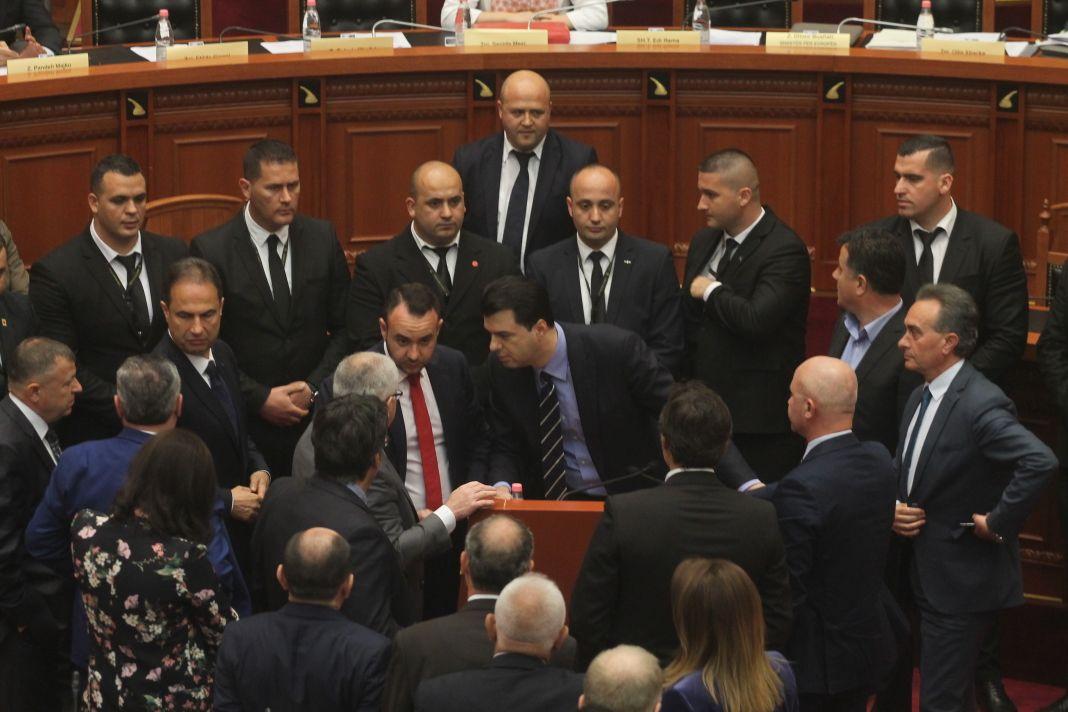 Tension në Kuvend—deputetët miell e ujë kundër njëri-tjetrit