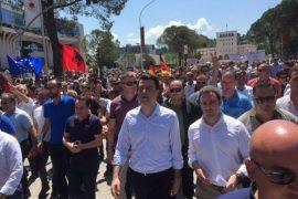 Mijëra qytetarë protestojnë për dorëheqjen e Fatmir Xhafajt