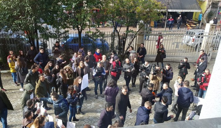 Dekani i Drejtësisë i kërkon studentëve të lirojnë ambientet e fakultetit