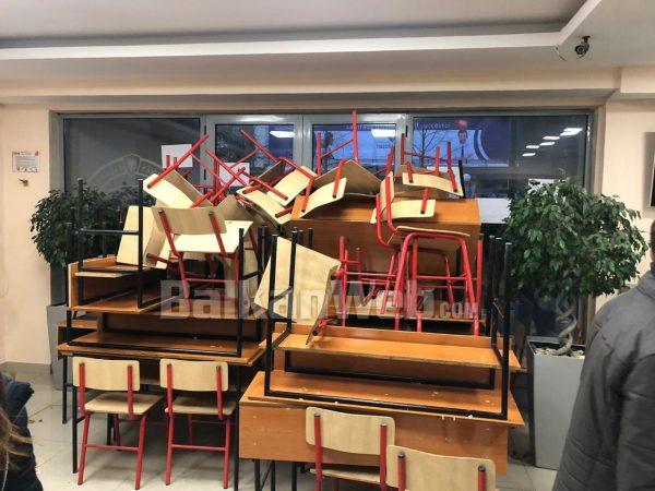 Studentët bllokojnë hyrjen në Fakultetin e Drejtësisë