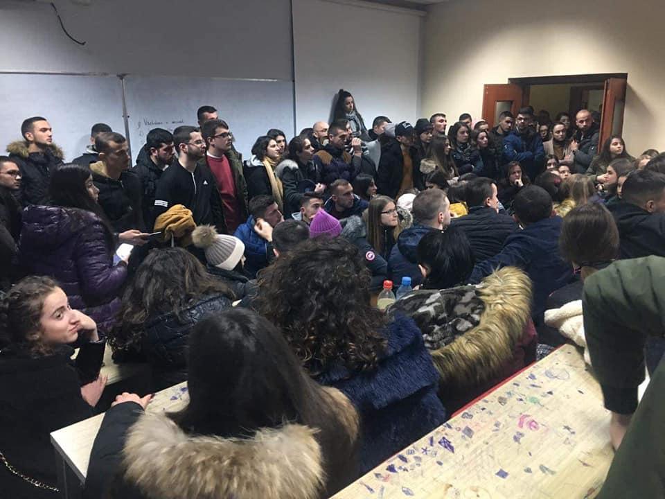 Studentët e shtatë fakulteteve vazhdojnë ngujimin, refuzojnë përfaqësuesit e ministrive