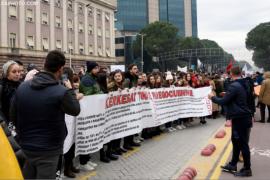 Studentët kyçin dhe gozhdojnë në shenjë proteste dyert e fakulteteve