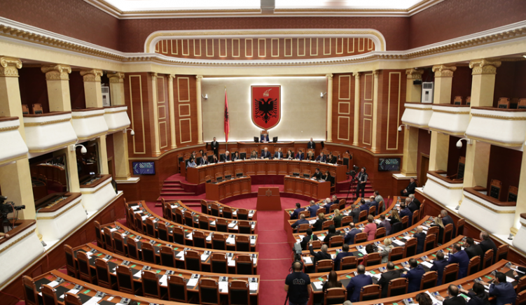 Të gjithë deputetët e opozitës vendosin të dorëzojnë mandatet