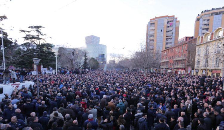 Qytetarët ulen në sheshin përpara Parlamentit