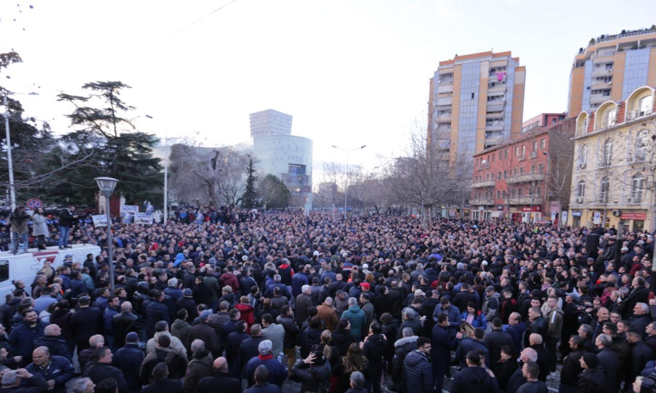 Mijëra qytetarë po protestojnë në shesh