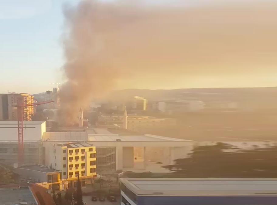 Shtohen dyshimet rreth djegies së ndërtesës në qendër të Tiranës
