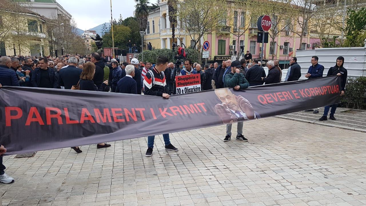 Protesta e opozitës, qytetarët përplasen me policinë