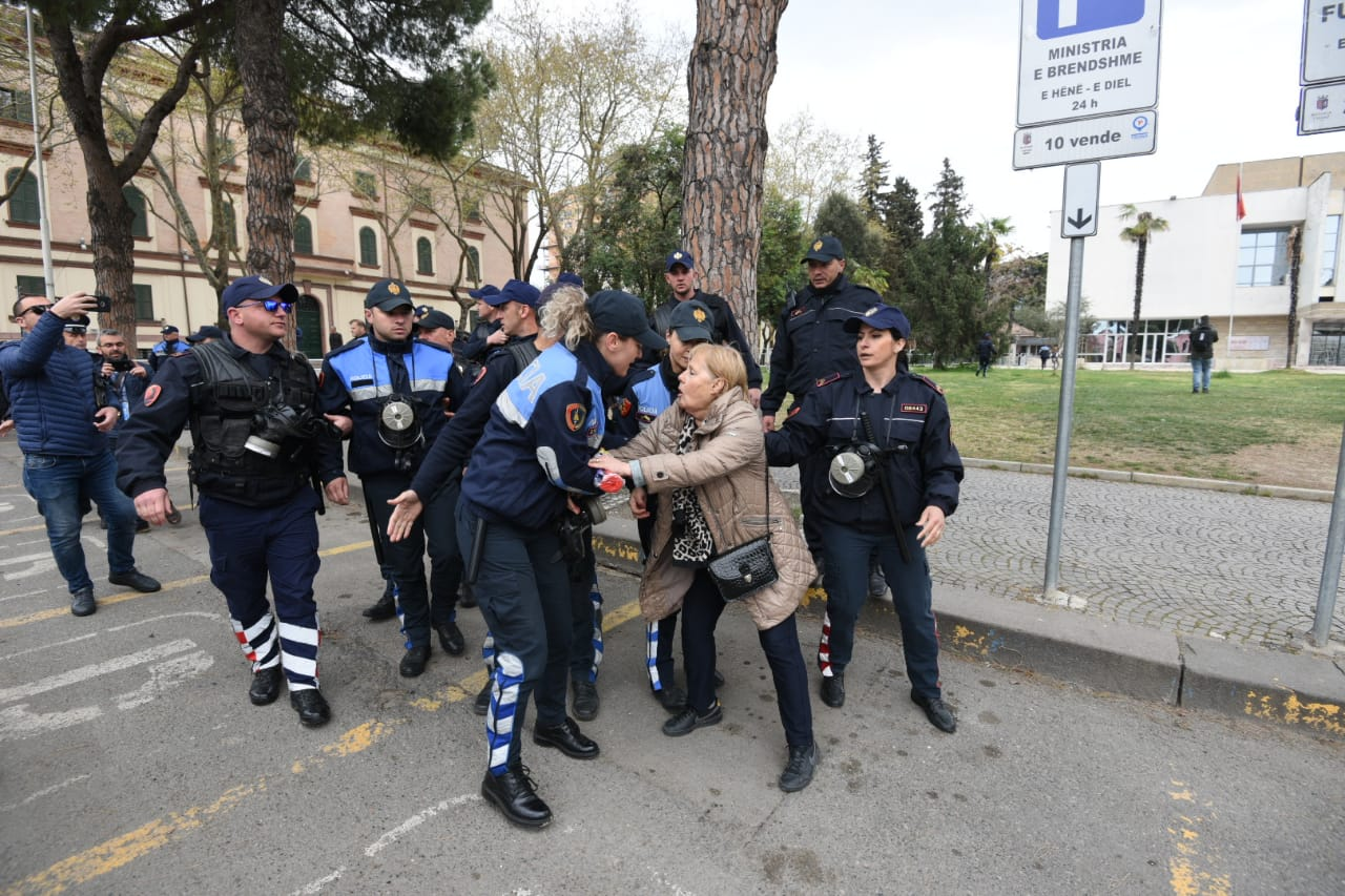 Policia lufton qytetarët dhe harron kriminelët