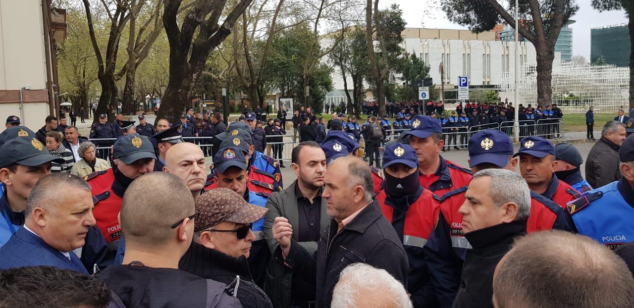 Qindra qytetarët protestojnë përpara Parlamentit