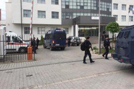 Katër policë të plagosur në Mitrovicë, Vuçiçi vë ushtrinë në gatishmëri