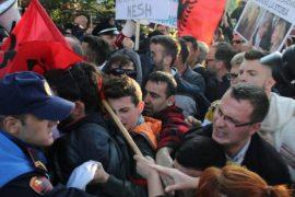 Lëvizja Vetëvendosje proteston kundër pranisë së Vuçiçit dhe Dodikut në Tiranë