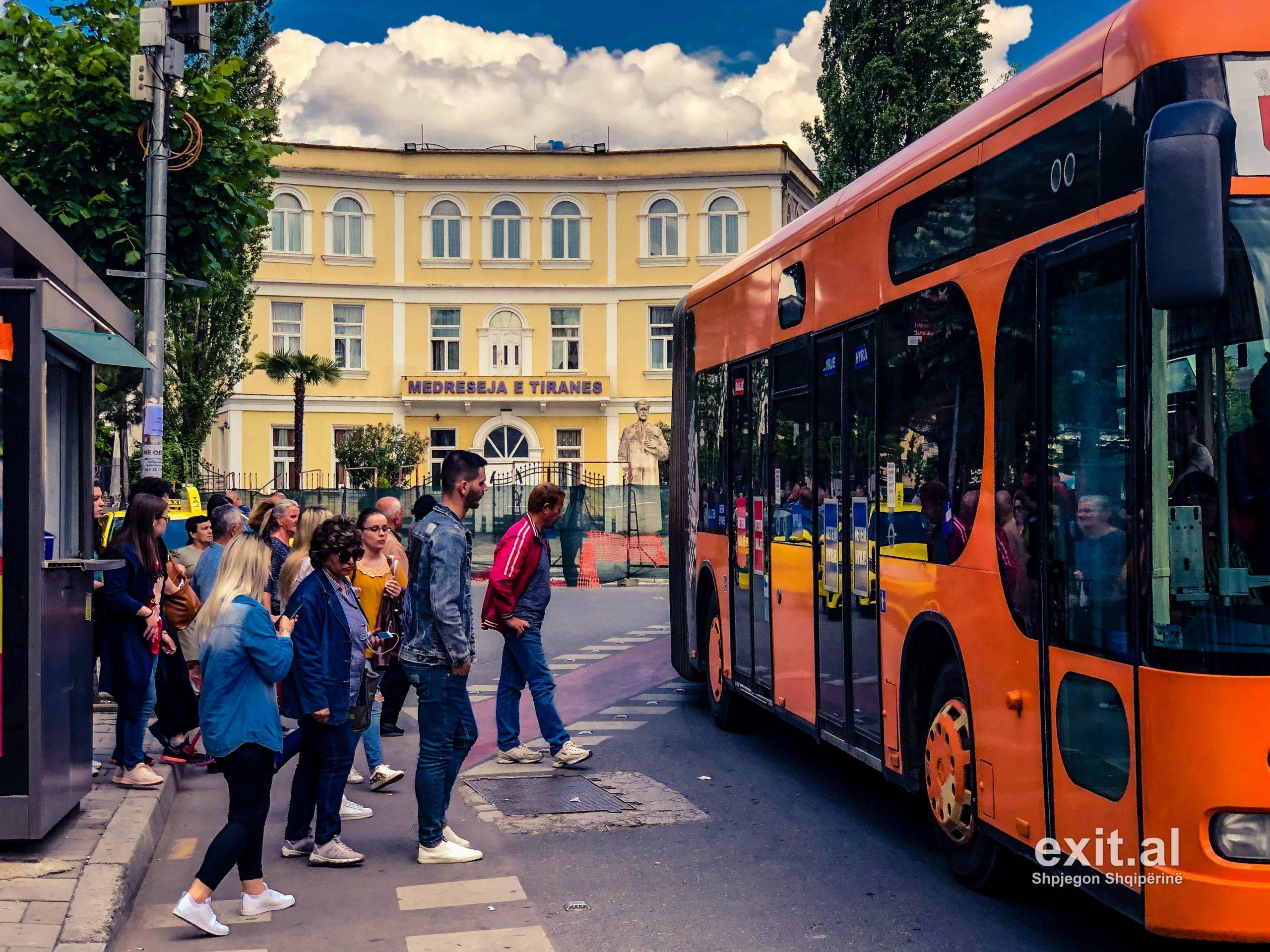 Kreu i Shoqatës së Transportit Urban, Qosja: Nuk do të ketë rritje çmimi të biletave, pavarësisht uljes së numrit të pasagjerëve