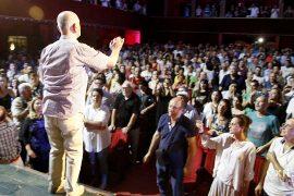 Qindra qytetarë sfidojnë Kryemiministrin, mbushin sallën e Teatrit Kombëtar