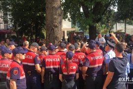Forcat Speciale rrethojnë Teatrin Kombëtar, largojnë me dhunë aktorët dhe median