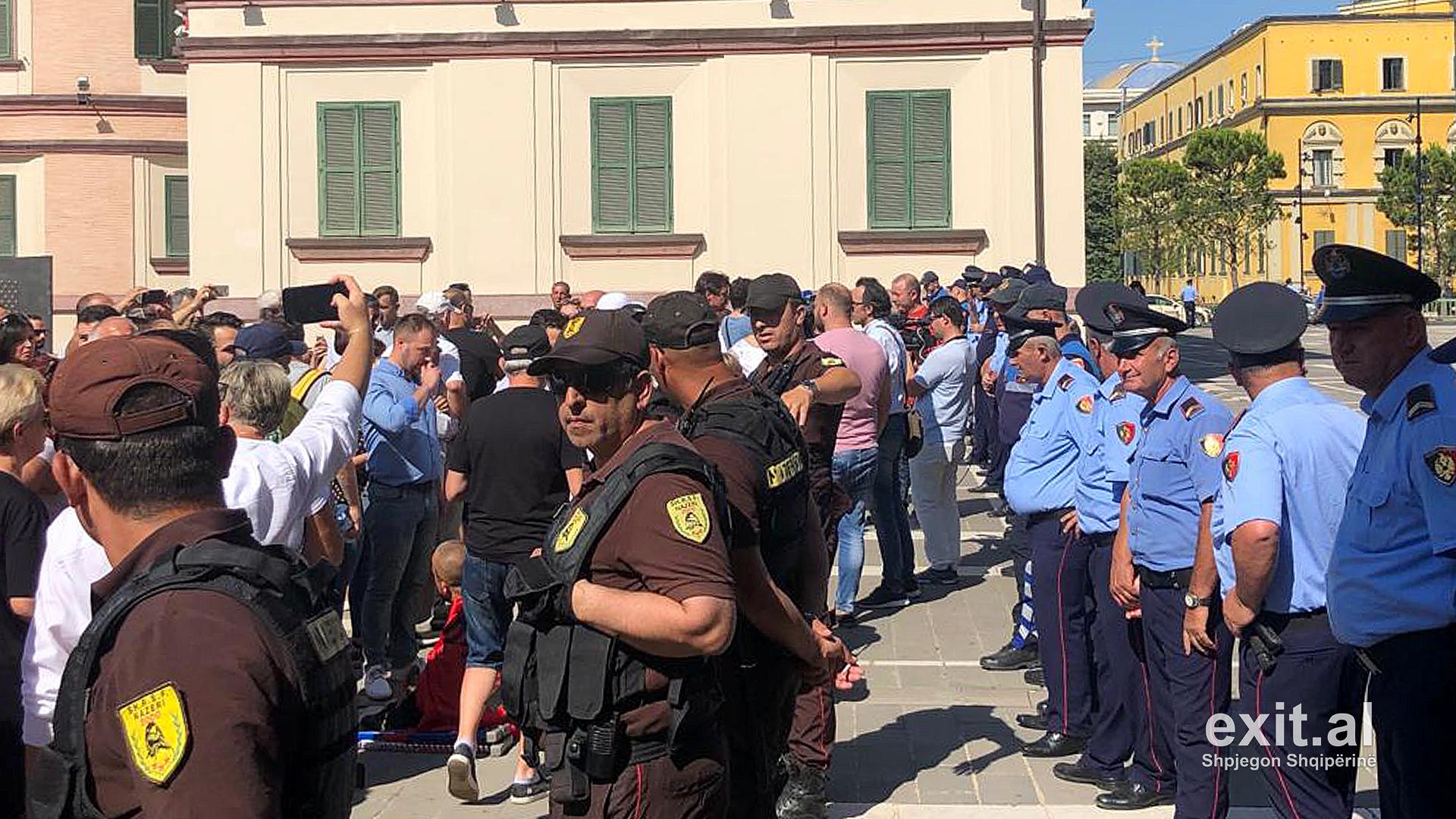 Tensione tek teatri kombëtar—policia bllokon hyrjen, mblidhen qindra qytetarë