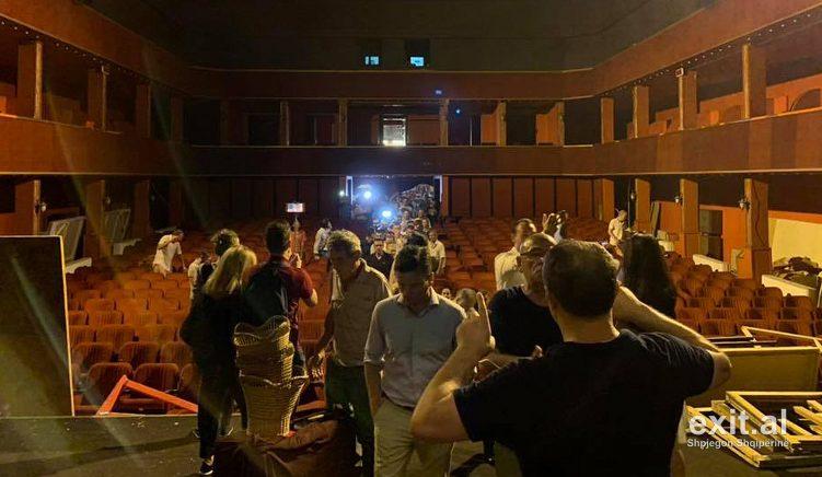 Qytetarë dhe artistë ngujohen brenda Teatrit Kombëtar