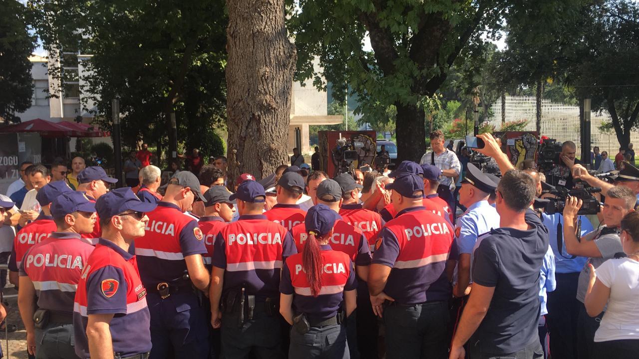 Protesta tek Teatri – Policia hedh gaz për të shpërndarë qytetarët