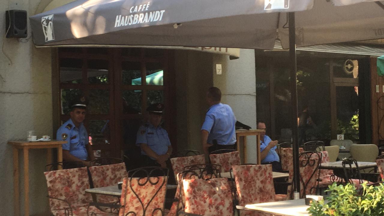 Teatri Kombëtar – Policia bllokon pronën private për të penguar qytetarët t'i bashkohen protestës