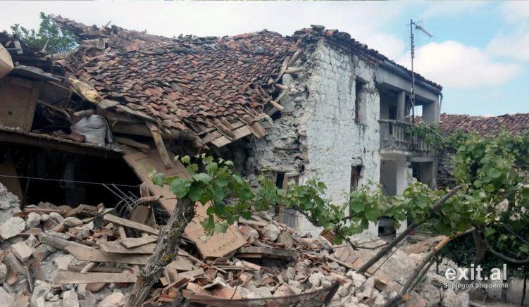 Qytetarët protestojnë para Bashkisë Korçë për mungesë ndihmash, tetë muaj pas tërmetit