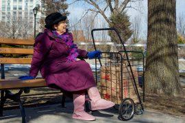 Studimi: Të moshuarit kalojnë gjysmën e ditës së tyre vetëm