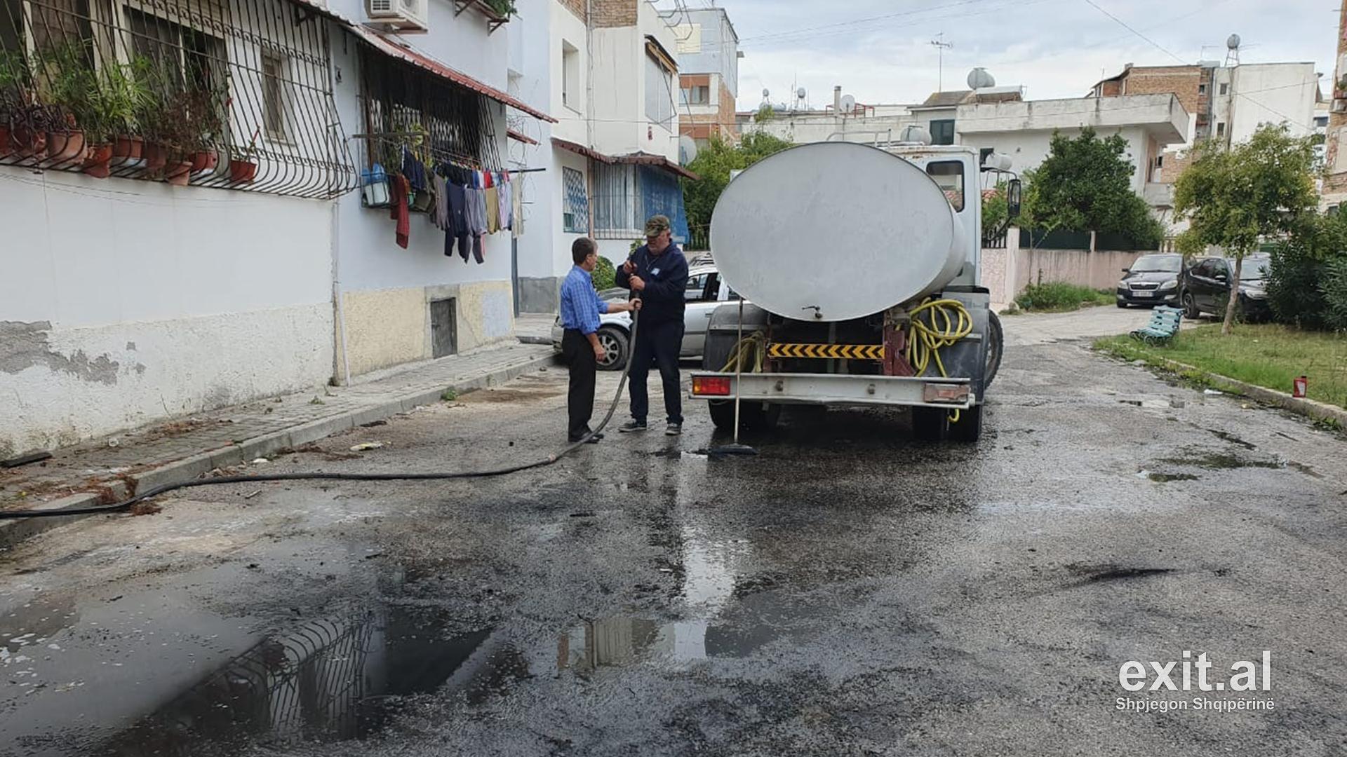 Makinës së kryebashkiakut të Vlorës iu vu zjarri, kamerat e sigurisë fiksuan zjarrvënësin