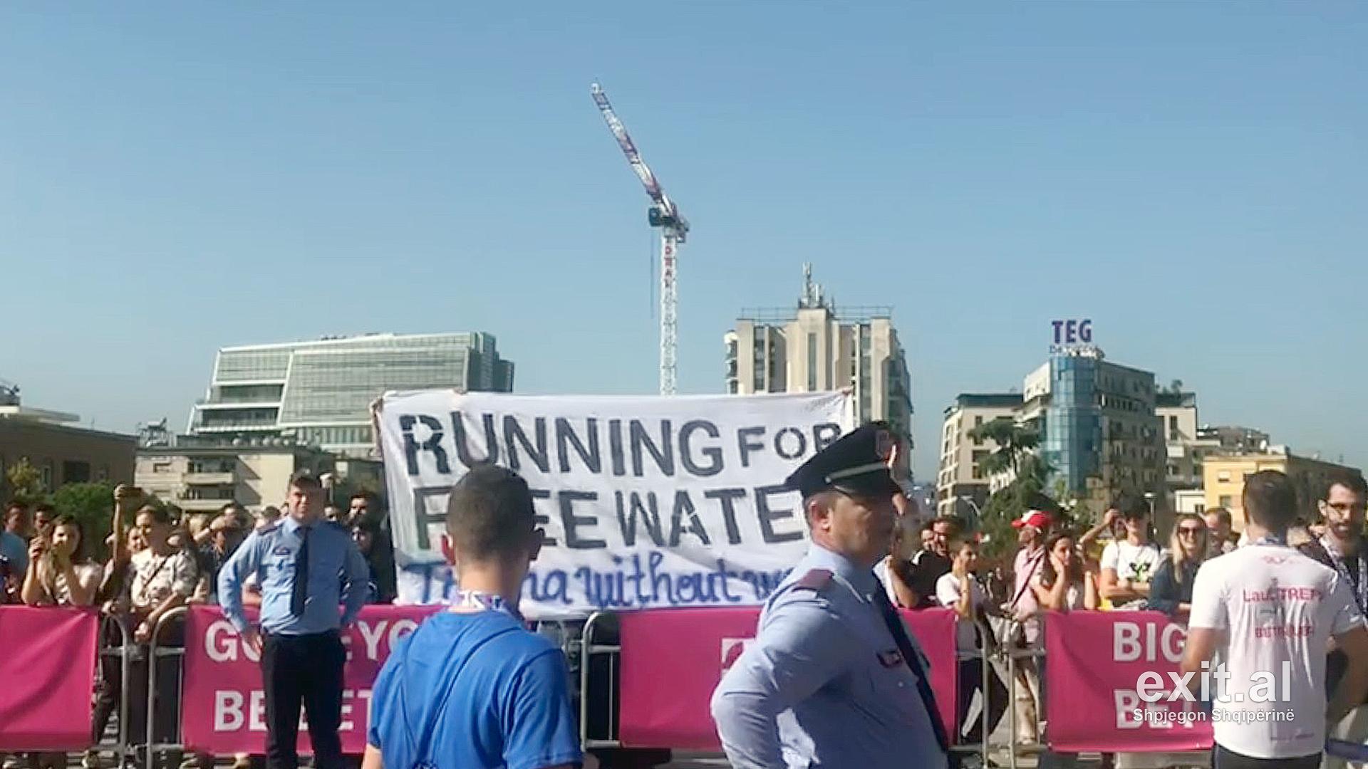 Maratona e Tiranës kthehet në protestë për ujin e pijshëm