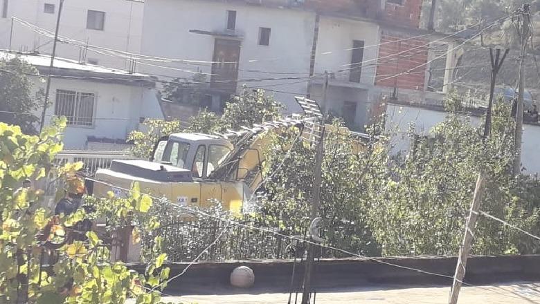 Shkozë, banorët përplasen me policinë, kundërshtojnë shembjen e banesave