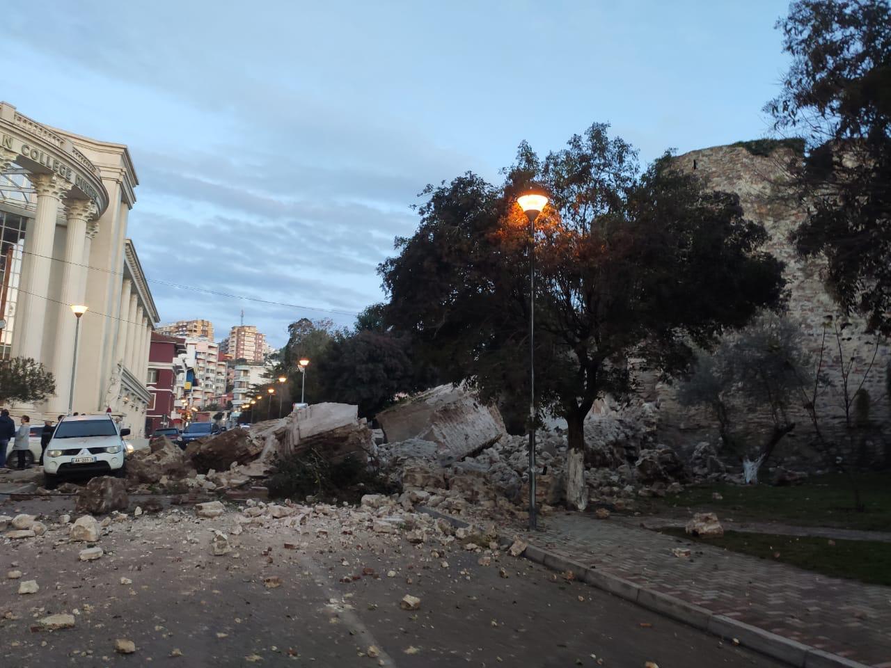 Shembet muri i kalasë në Durrës nga goditjet e tërmetit