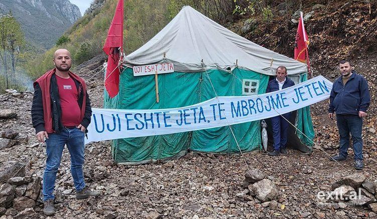 Mat, banorët vazhdojnë protestën kundër ndërtimit të hidrocentraleve