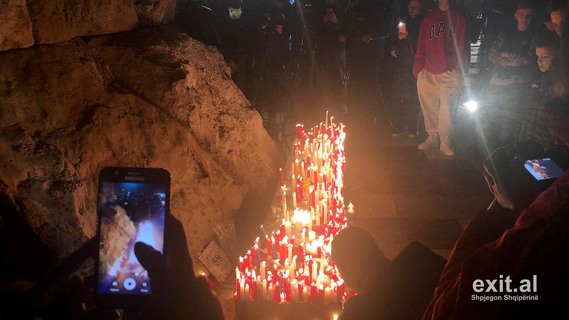 Qindra qytetarë të Tiranës ndezin qiri për 50 viktimat e tërmetit