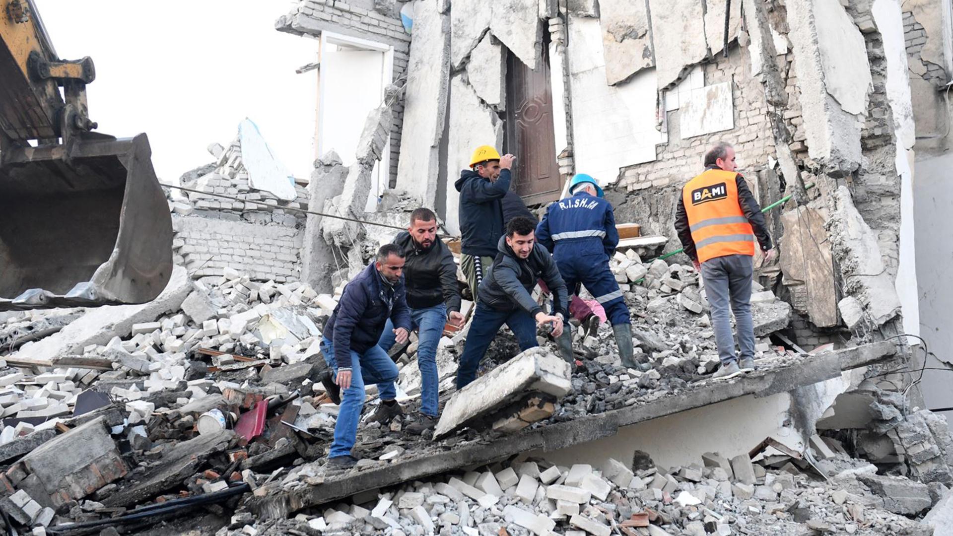 15 viktima nga tërmeti, dhjetëra persona ende nën rrënoja