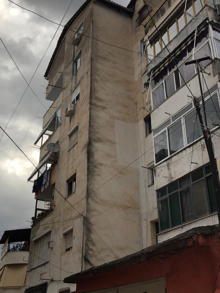 Tjetër pallat i rrezikuar në Tiranë, banorët e braktisin