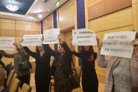 Borchard në forumin për median, banoret e Unazës protestojnë kundër tij