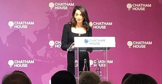 Amal Clooney, gati sanksione për politikanët që sulmojnë gazetarët