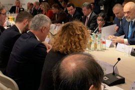 Kurti mohon takimin me Vuçiç: Pjesëmarrja në samit nuk do të thotë takim