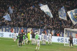 Tifozët e Tiranës e Kukësit dëmtojnë stolat në stadiumin 'Air Albania'
